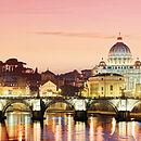 ein beleuchtetes Bild von Rom beim Sonnenuntergang