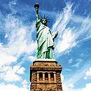 ein Bild der Freiheitsstatue in New York, von unten fotografiert